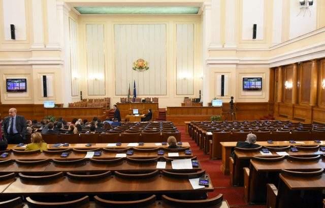 Депутатите запразниха – 12 дни във ваканция