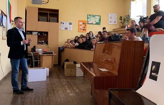 Ангел Джамбазки призова младите да са активни и да променят средата, в която живеят