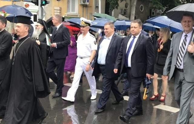 Емил Радев и народни представители от ГЕРБ се включиха в шествието, с което Варна отбеляза 24 май