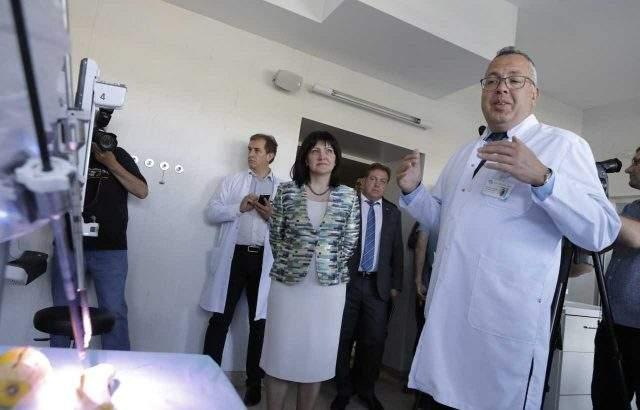 Цвета Караянчева в Майчин дом заради нов медицински робот