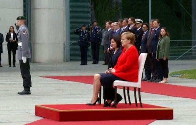 Меркел пак седна, докато слуша химни