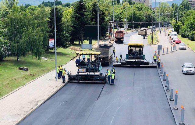 """Продължава полагането на последния слой асфалтова настилка на южното платно на бул.""""България"""""""
