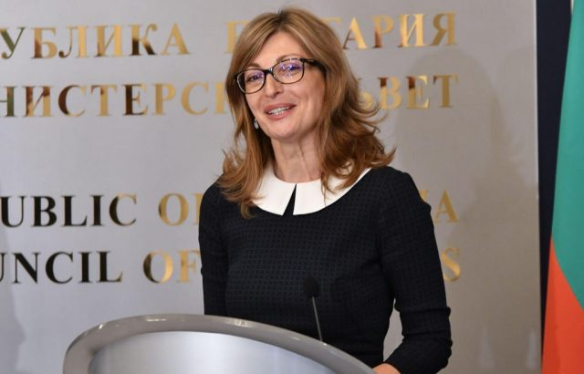 """Захариева откри изложбата """"Дипломация и изкуство"""" с картини от колекцията на МВнР"""