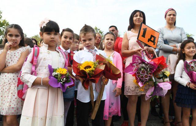 Учители на протест в първия учебен ден