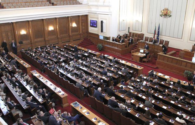 Парламентът прие вяло и без дебати Закона за борба с трафика на хора