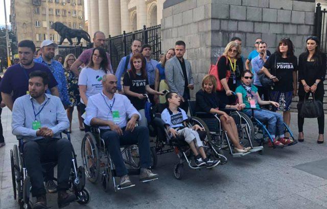 Кандидат-кметове прекосиха центъра на София в инвалидни колички