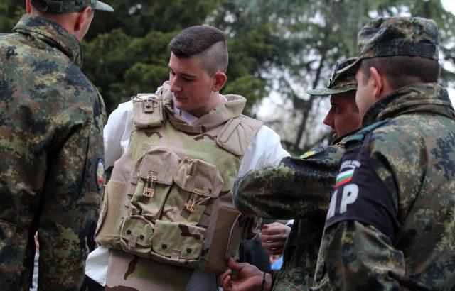 Показват бойна техника в Бургас