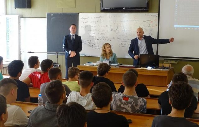 Марияна Николова обясни на ученици, че хареските атаки нанасят щети под различни форми