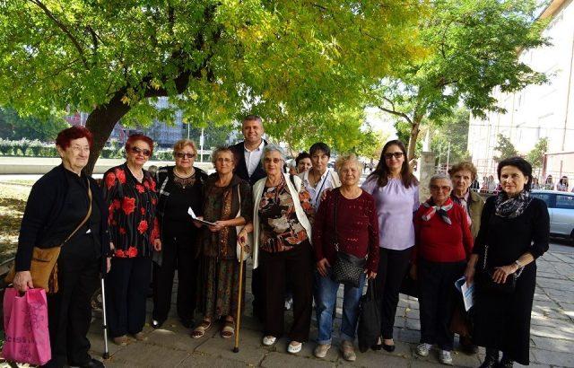 """Кандидатът за кмет на район """"Северен"""" в Пловдив от ГЕРБ обеща съдействия на вокална група от пенсионерки"""