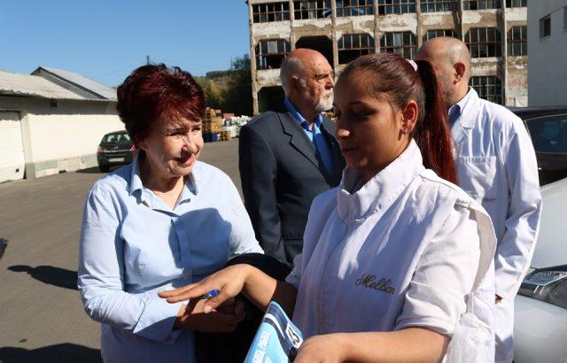 Кандидатката на ГЕРБ за Перник представи програмата си пред работници в две фирми