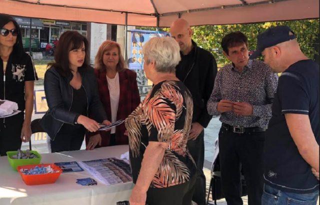 Мария Вълканова разговаря с жители на общината по време на предизборна среща